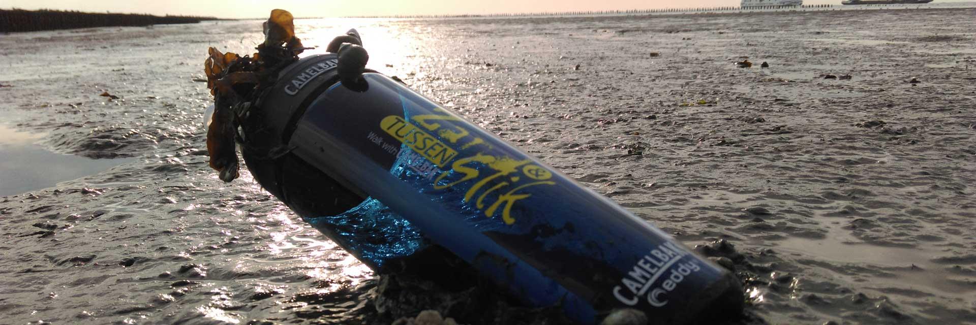 Tussen Slik en Zand: Drinkfles van CamelBak in het slik van Ameland